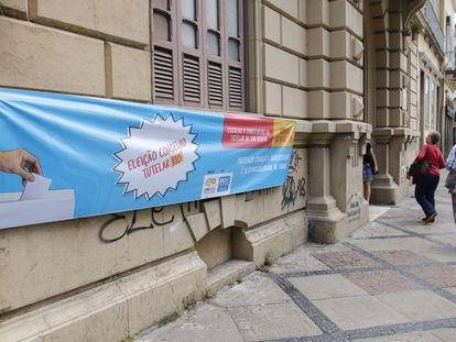 Cartaz anuncia votação para o Conselho Tutelar no Rio em 2019.