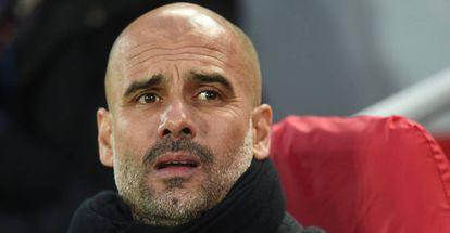 Pep Guardiola no banco em Liverpool 3 x 0 Manchester City.