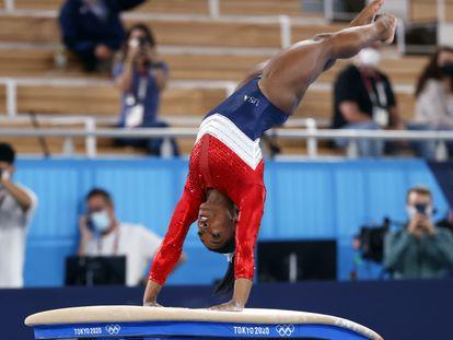 Simone Biles se apresenta durante final por times na Olimpíada de Tóquio, nesta terça-feira