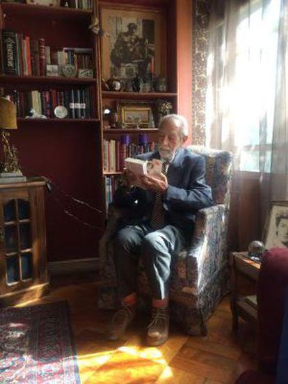 O dramaturgo chileno Hernán Letelier, em sua casa de Santiago