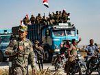 Fuerzas gubernamentales sirias llegan este martes a Tal Tamr, cerca de Ras al Ain.