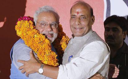 Rajnath Singh (à dir.), dá as boas-vindas a Narendra Modi.