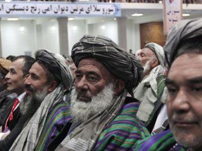 Membros da assembleia da Loya Jirga afegã reunida na quinta-feira em Kabul.