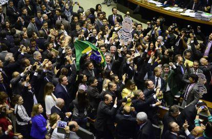 Deputados comemoram aprovação da comissão de impeachment.