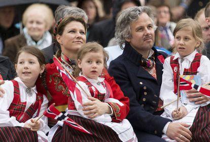 Märtha Louise e Ari Behn no Dia Nacional da Noruega em Londres, em 17 de maio de 2013, com as três filhas, Maud Angelica, Leah Isadora e Emma Tallulah.