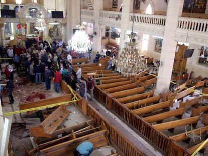 Equipe de segurança investiga o interior da igreja copta de São Jorge de Tanta.