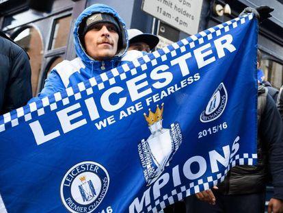 Um torcedor do Leicester comemora uma vitória do seu time.