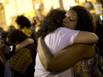 Renata Souza, à direita, consola outra pessoa durante ato em homenagem a Marielle e Anderson, nesta segunda.