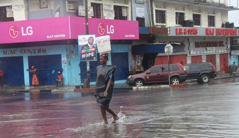 Uma rua do centro de Monrovia, Libéria. As chuvas torrenciais provocaram milhares de vítimas na África Ocidental desde junho.