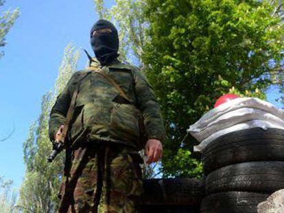 Homem armado toma conta de um edifício oficial ocupado pelos separatistas pró-russos em Slaviansk, no leste da Ucrânia.