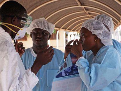 Funcionários do hospital de Kayes, no Mali, onde a menina faleceu.