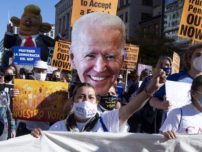 Um grupo de apoiadores de Joe Biden comemora resultados da eleição em 6 de novembro em Washington.