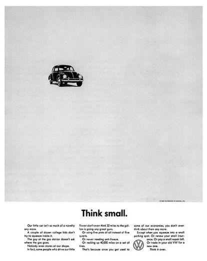 <center><B>VOLSKWAGEN BEETLE. </B>Nosso pequeno automóvel já não é uma novidade. Uma dúzia de garotos universitários já não tenta mais caber dentro dele. O frentista do posto não pergunta mais onde se coloca a gasolina. Ninguém sequer nos encara. De fato, algumas pessoas que conduzem nosso pequeno nem sequer pensam que 32 milhas por galão está bem. Nem que ele consome dois litros e meio de combustível ao invés de cinco litros. Nem que nunca precisa de anticongelante. Ou que percorre 40.000 milhas com um jogo de pneus. É porque quando se acostuma com alguma de nossas economias, nem sequer se pensa mais nelas. Exceto quando se estaciona em um local muito pequeno. Ou se renova seu econômico seguro. Ou paga uma conta de reparo barata. Ou muda seu antigo VW por um novo. Pense nisso.</center>