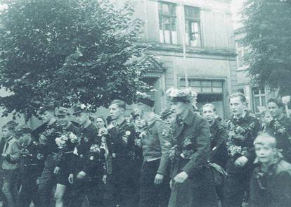Marcha da Juventude Hitlerista em Gummersbach para intervir na Linha Siegfried, em 1944. Habermas, em primeiro plano, com flores no gorro.