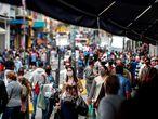 BRA50. SAO PAULO (BRASIL), 26/06/2020.- Transeúntes caminan por un sector comercial este viernes en Sao Paulo. Brasil, el segundo país más golpeado después de Estados Unidos, suma 54.971 fallecidos, con más de un millar en los últimos días, y 1,22 millones de infectados, según el Ministerio de Salud, aunque entre los expertos epidemiológicos es unánime que las cifras son más elevadas debido a la enorme subnotificación. EFE/Sebastião Moreira