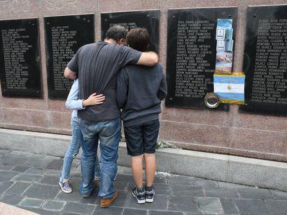 Um veterano das Malvinas recorda seus companheiros mortos na guerra de 35 anos atrás, em frente ao memorial da praça San Martín, em Buenos Aires.