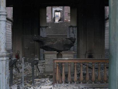 O meteorito de Bendegó, em meio aos escombros do Museu Nacional.