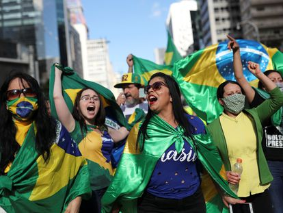 Apoiadores do presidente Jair Bolsonaro em uma carreata de protesto contra as medidas de isolamento social para o combate à covid-19 recomendadas pelo governador de São Paulo, João Doria.