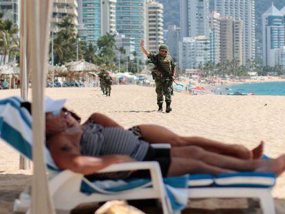 Militares patrulham uma praia de Acapulco.