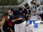 MEX3335. GUADALAJARA (MÉXICO), 13/01/2021.- Personal de salud recibe la dosis de la vacuna contra la COVID-19, en el Hospital General hoy en la ciudad de Guadalajara en el estado de Jalisco (México). El Gobierno mexicano inyectó esperanza de norte a sur al iniciar este miércoles la vacunación contra covid-19 en el personal sanitario de los 32 estados del país tras recibir el cargamento de casi 440.000 dosis del fármaco de Pfizer y BioNTech. EFE/Francisco Guasco