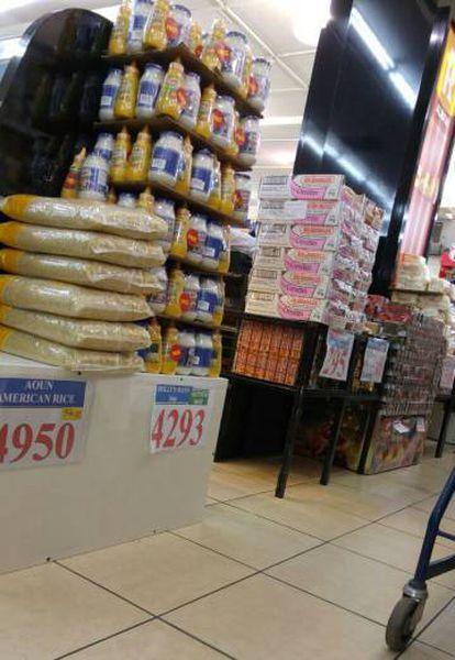 Foto de pacotes de produtos destinados ao consumo da Unifil tirada por um consumidor libanês no supermercado Charcuterie Aoun e divulgada pelo site AlTaharri.com.