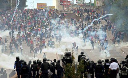 Manifestantes enfrentam a polícia durante protesto enquanto Juan Orlando Hernandez assumia segundo mandato no sábado.