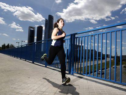 Uma mulher corre no bairro das Cuatro Torres, na zona norte de Madri.