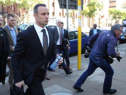 Oscar Pistorius sai da corte suprema de Pretoria, em 14 de maio de 2014.
