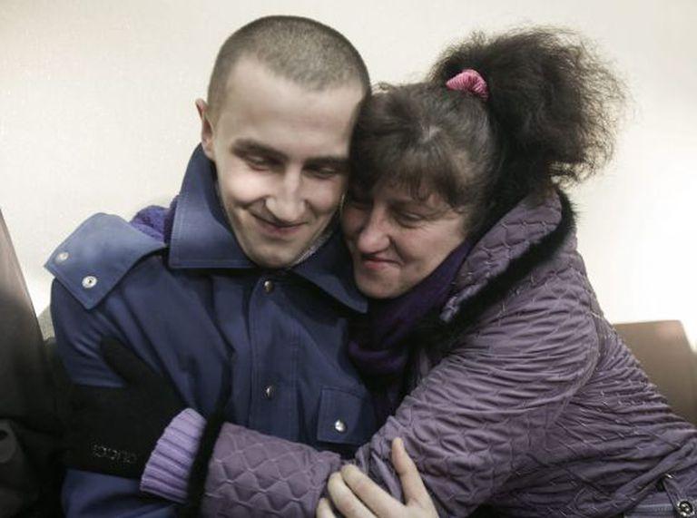 Um prisioneiro de guerra ucraniano abraça sua mãe durante o ato de libertação de prisioneiros em Lugansk, Ucrânia, nesta sexta-feira.
