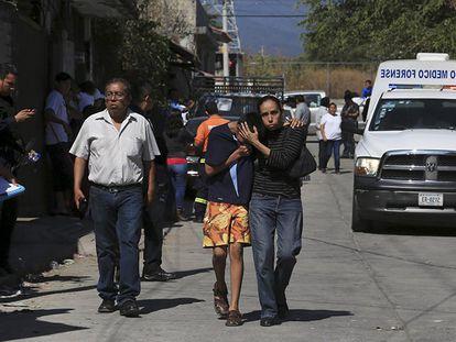 Vizinhos na cena do crime em Temixco, em Morelos.