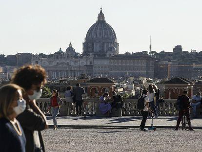 As pessoas aproveitam o dia de sol nesta segunda-feira na Villa Borghese, em  Rome.