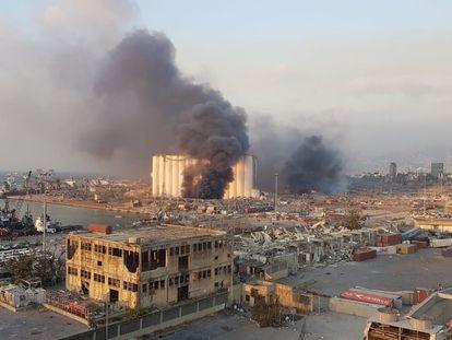 Destroços da região portuária de Beirute após a explosão ocorrida nesta terça-feira.