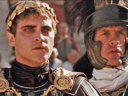 Que os imperadores romanos sentenciavam à morte baixando o dedo polegar é uma das mentiras que Hollywood nos impingiu. Na imagem, Joaquin Phoenix no papel de Cômodo no filme 'Gladiador' (2000)
