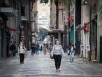 """BRA300. SÃO PAULO (BRASIL), 24/04/2020.- Transeúntes se desplazan por una calle peatonal este viernes, en Sao Paulo (Brasil). Sao Paulo, epicentro de la pandemia en Brasil, cumple este viernes un mes en cuarentena y ya ha comenzado a planificar la reapertura """"gradual"""" de su economía a partir del 11 de mayo, pese a que las muertes y contagios aceleran y el país todavía no ha alcanzado el pico. EFE/ Fernando Bizerra Jr."""