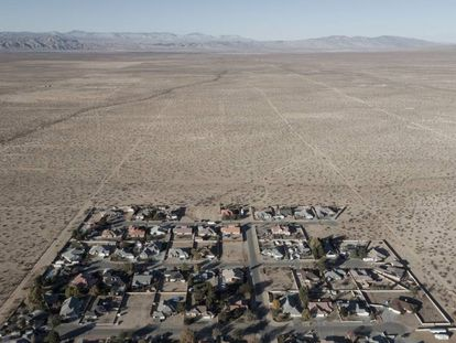 Área habitada de California City, em meio a milhares de ruas vazias no deserto.
