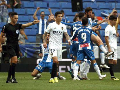 Jogadores do Espanyol comemoram gol confirmado pelo VAR contra o Valencia, pela La Liga.