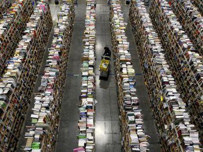 Uma funcionária trabalha no centro de distribuição da Amazon em Phoenix.