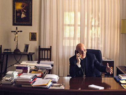 O arcebispo de Madri, Carlos Osoro em seu escritório.