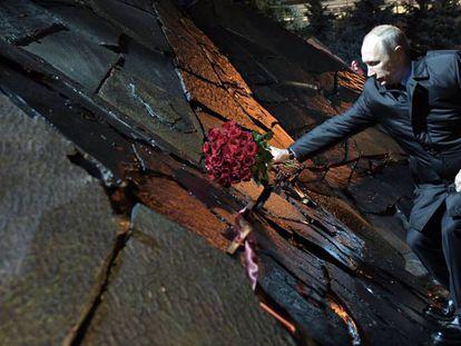 """Putin deposita um ramo de flores no """"Muro da Dor"""", em memória aos que sofreram represálias na URSS."""