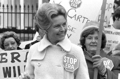 A ativista Phyllis Schlafly se manifestando contra a Emenda pela Igualdade de Direitos em frente à Casa Branca em 4 de fevereiro de 1977.
