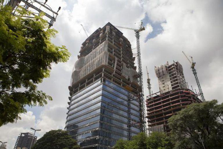Construções de edifícios comerciais na cidade de São Paulo.
