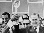 Carlos Alberto levanta a taça de campeão com o ditador Emílio Médici