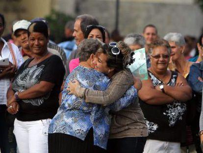 Cubanas celebram o visto para os EUA.