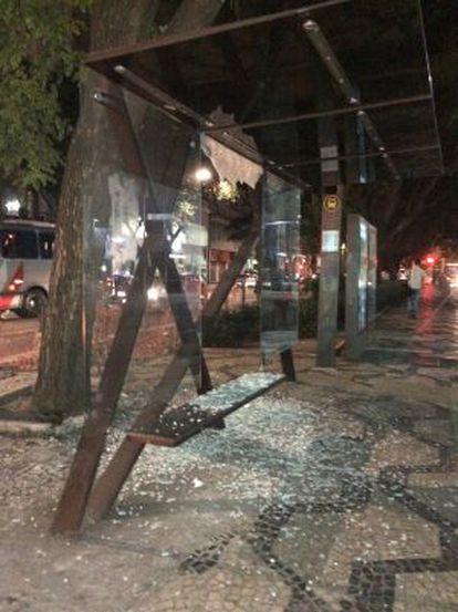Ponto de ônibus depredado na região da avenida São Luís.