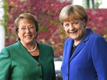 Angela Merkel (à direita), recebe a presidenta chilena.