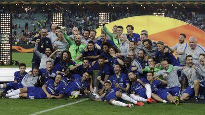 Jogadores do Chelsea posam com a taça da Europa League.