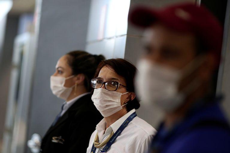 Funcionários do Aeroporto International de Guarulhos, em São Paulo, no dia 6 de fevereiro.