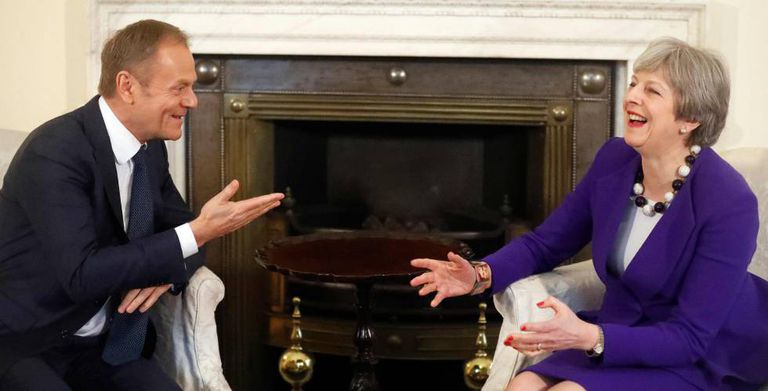 Donald Tusk conversa com Theresa May durante uma reunião realizada em 1º de março