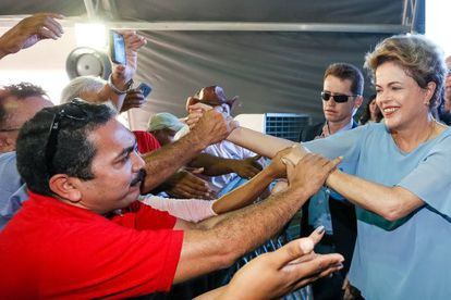 Dilma cumprimenta público durante entrega de casas em São Luís.