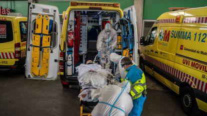 Profissionais sanitários transferem um paciente em Madri, em 23 de outubro.